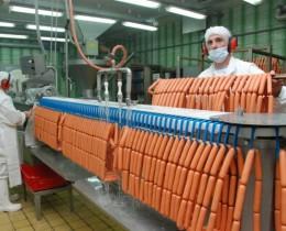 Készül a virsli a Merian Foods üzemében (Fotó: Kecskeméti Krisztina)