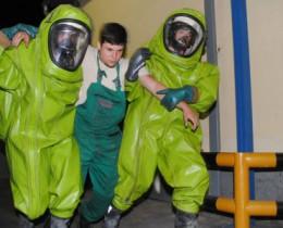 A tűzoltók speciális ruhában gyakorolták az életmentést (klikk a képre)  Fotók: Melega Krisztián