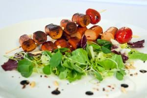 Grillezett magyaros ORSI virslinyársak saláta ágyon